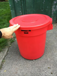 Brand new Brute Rubbermaid Waste Bins with Lids