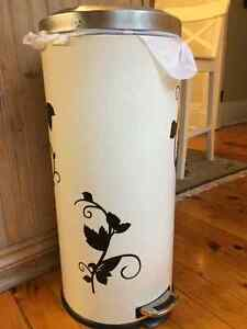 Large step garbage can - cream colour with flowers