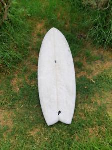 Surfboard twin fin
