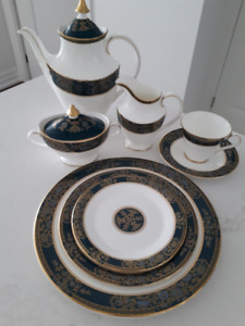8-piece, plus extras, Royal Doulton 'Carlyle' Dinnerware Service