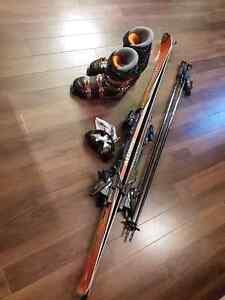 Ski alpins, bottes, bâtons et lunettes