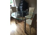 Extendable glass table: seats 4-6