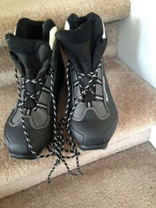 Ladies size 10 cross country Rossignol ski boots