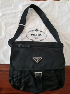 EUC VINTAGE PRADA IN BLACK NYLON MESSNEGER (SHORT STRAP)