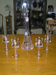RARE 1960'S CRYSTAL DECANTER W / 4 WINE SILVER / ETCHED GLASSES