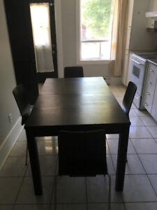Table à manger avec 4 chaises !