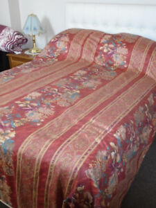 KING SIZE BEDSPREAD + TWO PILLOW SHAMS