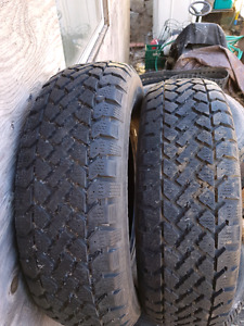 2 like new snow tires p215 70 r15