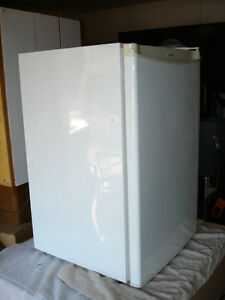 Super clean Mini Bar Fridge $100 Delivery Available.