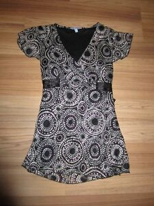 """WOMEN'S """"DENVER HAYES""""  BLOUSE SIZE SMALL - LIKE NEW!"""