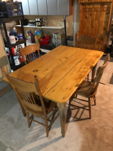 FOR SALE – ANTIQUE HARVEST TABLE AND 6 CHAIRS