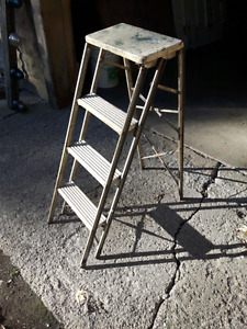SMALL VINTAGE WOODEN & METAL STEP LADDER