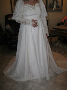....A BEAUTIFUL WHITE WEDDING GOWN...[NEVER USED]...SIZE 12