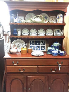 VINTAGE SOLID MAPLE CHINA DISPLAY HUTCH CABINET MISSISSAUGA