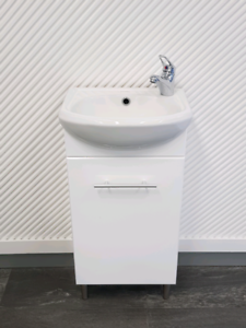 Small ensuite vanity with basin mixer and dome plug waste