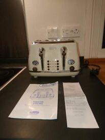 Delonghi 4-slice Toaster Icona Vintage in cream