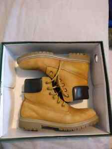 Mens ROOTS Navigator Boots - Size 7. 5-8