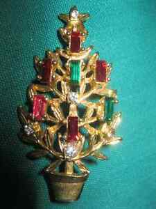 BEAUTIFUL & FESTIVE GEM-ADORNED CHRISTMAS TREE BROOCH (PIN)
