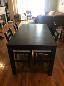 Great Condition Dining Table that extends with 6 chairs