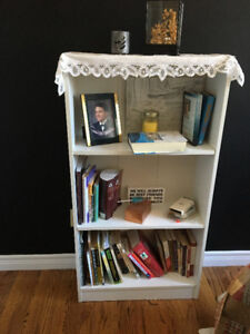 2 White shelving units