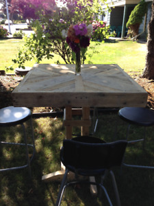 Pallet cocktail table and 4 stools outdoor wedding
