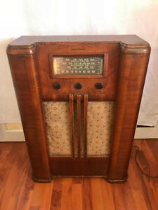 Antique working 1940s radio