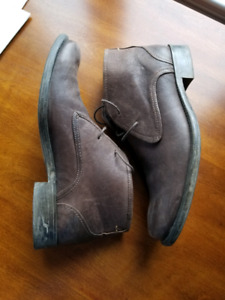 HUSH PUPPY LEATHER DESERT BOOTS BARELY WORN