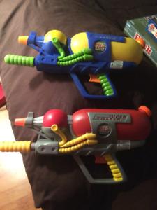 Fusils à eau (gros) ..jet d'eau impressionant .. $10 pour les 2