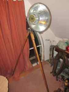 Lampe vintage avec projecteur industriel sur trépied en bois