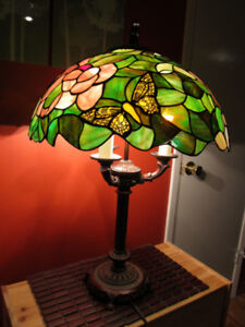 Tiffany style stained glass 3 light bulbs lamp.