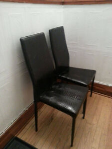 Chaises noires de salle à manger en très bonne condition