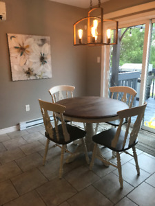 Dinning table with leaf + 4 chairs