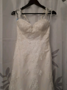 Beautiful Ivory Lace Wedding Gown