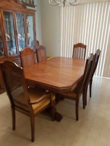 Solid Oak Dining table with 2 leaves and 8 chairs