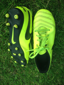 Nike Tiempo outdoor soccer cleats kids' SZ 4