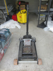 POWERBUILT TRIPLE LIFT FLOOR JACK 4000 LBS (1814 KG / 2 TONS)