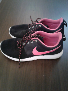 Nike Womens  Roshe Black Suede and Pink Fits 7.5-8 Size