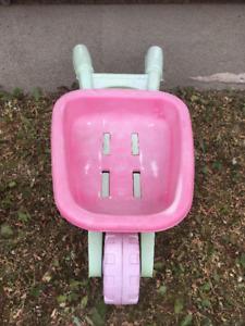 Petite brouette rose et verte pour enfant en bon état