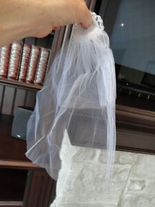 Barbie Wedding Dress, Veil and Bouquet in Perfect condition. Kitchener / Waterloo Kitchener Area image 4