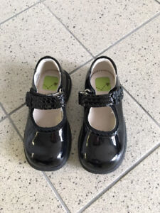 Stride Rite Black Patent Leather girls dress shoes (size 9M)