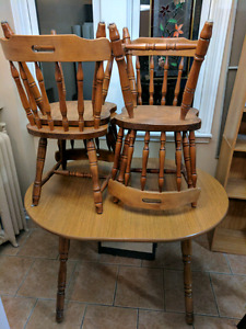 Table w. 4 chairs and leaf