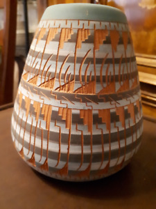 Navajo signed vase 6 inches tall