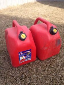 2 20 litres/ 5.3 gal gas cans