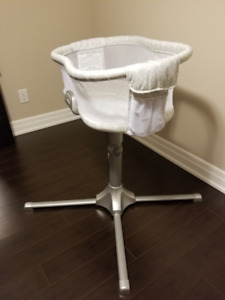 Halo Swivel Sleeper Bassinet with Vibration and Sound