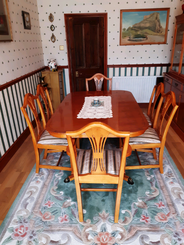 antique looking extendable dining table and 6 chairs  in