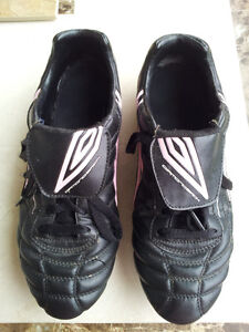 UMBRO LADIES 10 SOCCER CLEATS/SHOES
