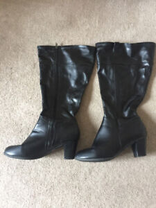 WORN) Black Faux Leather Knee-High Heeled Boots 11W Wide Calf