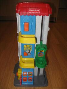 Garage sonore en tour Little People Fisher Price en bon état