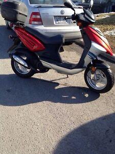 Scooter de marque CPI TRACKER avec porte bagage
