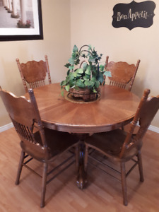 Gorgeous Round Oak Table with Extension Leaf and 6 Chairs